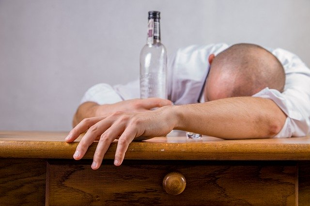 Homme en état d'ivresse. Effets de l'alcool sur son métabolisme